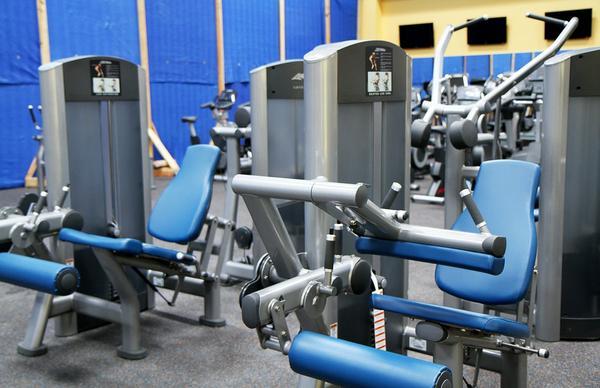 niedrogie kompleksowe wyposażenie siłowni
