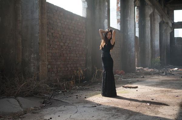 prosta długa czarna sukienka